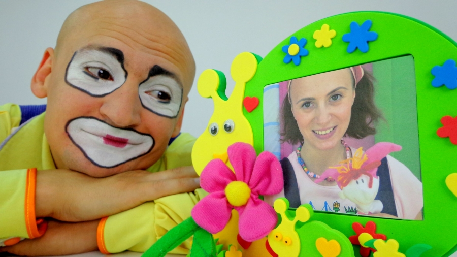 Clown video for kids. Clown Andrew try to find a gift for his love